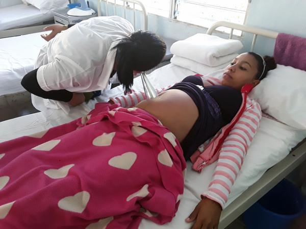 Paciente ingresada con 17 años y 33 semanas de embarazo, recibe atención médica en el Hogar materno del hospital rural de San Blas, en el municipio Cumanayagua, en Cienfuegos. 17 de enero de 2018. ACN FOTO/ Geidy ANTÓN GONZÁLEZ
