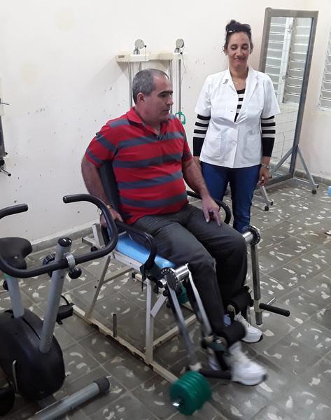 Paciente lesionado en accidente masivo, recibe tratamiento en la Sala de Rehabilitación del hospital rural de San Blas, en el municipio Cumanayagua, en Cienfuegos. 17 de enero de 2018. ACN FOTO/ Geidy ANTÓN GONZÁLEZ