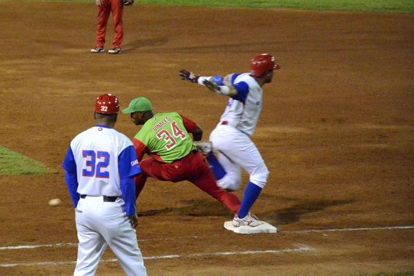 Alazanes y Leñadores igualados en la final de la pelota cubana