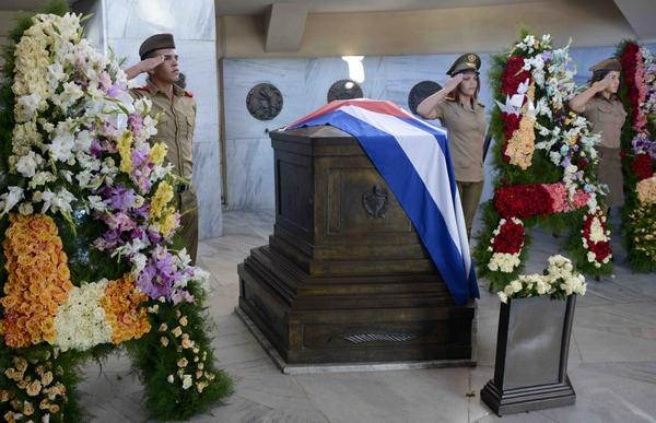 En Santiago de Cuba, homenaje a José Martí ante su tumba