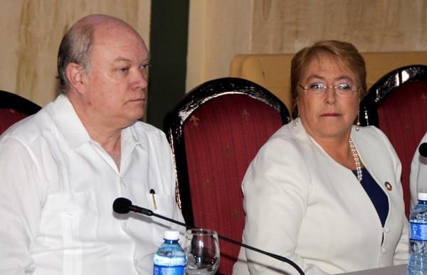 Michelle Bachelet (D), Presidenta de Chile, junto a Rodrigo Malmierca Díaz (I), ministro cubano de Comercio Exterior y la Inversión Extranjera, durante la realización del Foro Empresarial entre ambas naciones, efectuado en el Hotel Nacional de Cuba, el 8 de enero de 2018. ACN FOTO/Omara GARCÍA MEDEROS