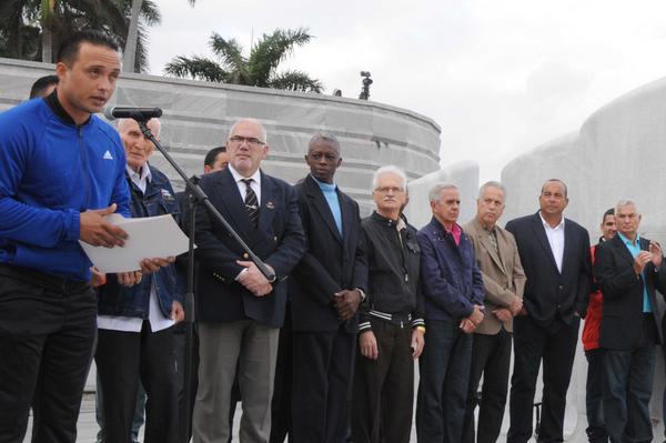 El receptor Frank Camilo Morejón (I), dio lectura al compromiso de los peloteros que representarán al equipo Cuba, en la Serie del Caribe, a efectuarse en Guadalajara México, durante la ceremonia de abanderamiento efectuada en el Memorial José Martí, en La Habana, Cuba, el 31 de enero de 2018. ACN FOTO/Omara GARCÍA MEDEROS