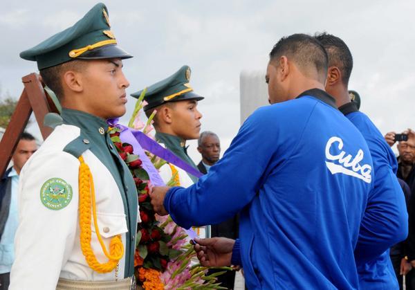 Los peloteros, Guillermo Avilés y Yurisbel Gracial, depositan una ofrenda floral, en el Monumento al Héroe Nacional José Martí, en La Habana, durante la ceremonia de abanderamiento al equipo de béisbol de la provincia Granma, que representará a Cuba en la Serie del Caribe, a desarrollarse en Guadalajara, México, el 31 de enero de 2018. ACN FOTO/Omara GARCÍA MEDEROS