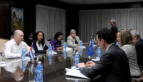Rodrigo Malmierca Díaz, ministro cubano de Comercio Exterior y la Inversión Extranjera, sostiene encuentro con Federica Mogherini, alta representante de la Unión Europea para los Asuntos Exteriores y Política de Seguridad y vicepresidenta de la Unión Europea, y delegación que la acompaña, en la sede del ministerio, en La Habana, el 3 de enero de 2018. ACN FOTO/Omara GARCÍA MEDEROS