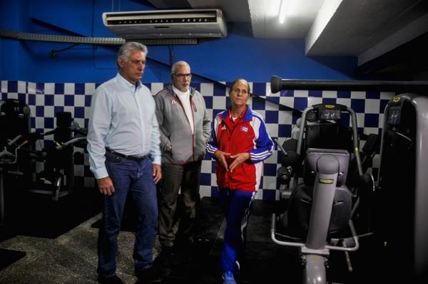 Presiden Miguel Díaz-Canel Bermúdez (D), Primer Vicepresidente de los Consejos de Estado y de Ministros y Antonio Becali (I), presidente del Instituto Nacional de Deportes Educación Física y Recreación (INDER) el Acto de Inauguración del Gimnasio de Fuerza para el Baseball, realizado en la sede del INDER, en La Habana, Cuba, el 15 de enero de 2018. ACN FOTO/Oriol de la Cruz ATENCIO