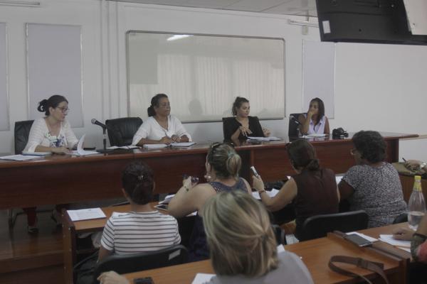 Yusimí González(c. izq), directora de Informática y Gestión de la Información del MINDUS, dialoga con la prensa sobre las actividades de Cuba-Industria 2018 en La Habana, Cuba, el 13 de junio de 2018. ACN FOTO/Alejandro RODRÍGUEZ LEIVA