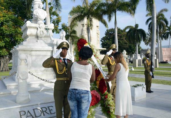 Una ofrenda floral a nombre del Pueblo de Cuba fue depositada por soldados de la Unidad Militar 1953 en el Mausoleo donde reposan los restos de Carlos Manuel de Céspedes, el Padre de la Patria, con motivo del Día de los Padres, en el cementerio Santa Ifigenia de Santiago de Cuba, el 17 de junio de 2018. ACN FOTO/Miguel RUBIERA JÚSTIZ/