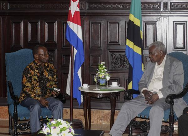 Recibe presidente de Parlamento cubano a Philip Mang, dirigente político de Tanzania