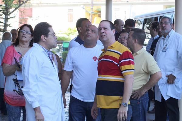 José Ángel Portal Miranda (C), Viceministro primero de Salud Pública, recorre áreas del Instituto de Neurología y Neurocirugía, lo acompaña el Dr. Enrique Michel Esteban (I), director del centro, en La Habana, Cuba, el 24 de junio de 2018. ACN FOTO/ Alejandro RODRÍGUEZ LEIVA