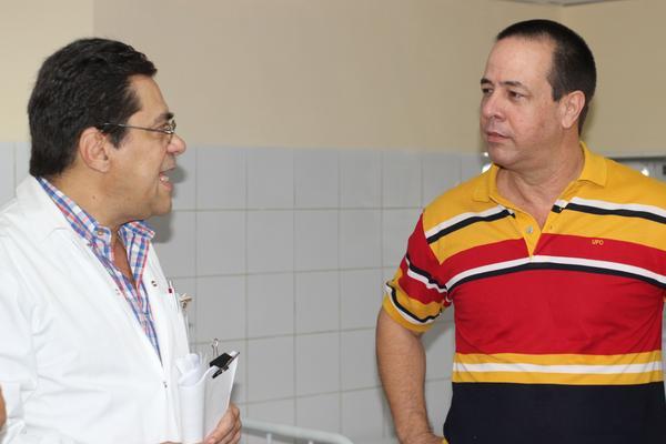 El Dr. Enrique Michel Esteban (I), director del Instituto de Neurología y Neurocirugía, explica detalles sobre el centro a José Ángel Portal Miranda (D), Viceministro primero de Salud Pública, en La Habana, Cuba, el 24 de junio de 2018. ACN FOTO/ Alejandro RODRÍGUEZ LEIVA