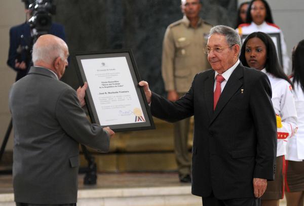 Condecora Raúl Castro a dirigentes históricos de la Revolución cubana