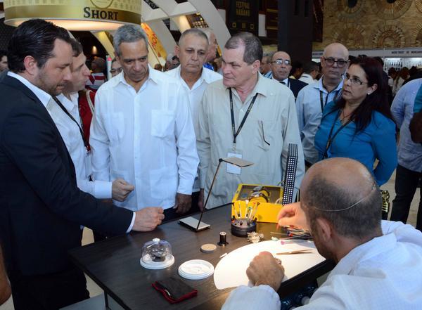 Antonio Luis Carricarte (C izq.), viceministro primero de Comercio Exterior y la Inversión Extranjera (MINCEX), recorre la Feria Expositiva del XX Festival del Habano, en el Palacio de Convenciones de la Habana, el 26 de febrero de 2018. ACN FOTO/Abel PADRÓN PADILLA