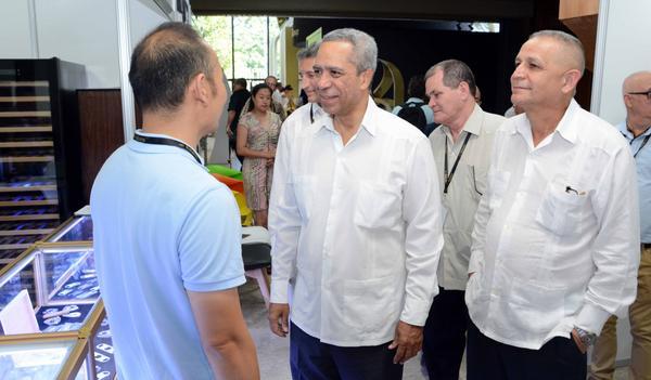 Antonio Luis Carricarte (C), viceministro primero de Comercio Exterior y la Inversión Extranjera (MINCEX), recorre la Feria Expositiva del XX Festival del Habano, en el Palacio de Convenciones de la Habana, el 26 de febrero de 2018. ACN FOTO/Abel PADRÓN PADILLA
