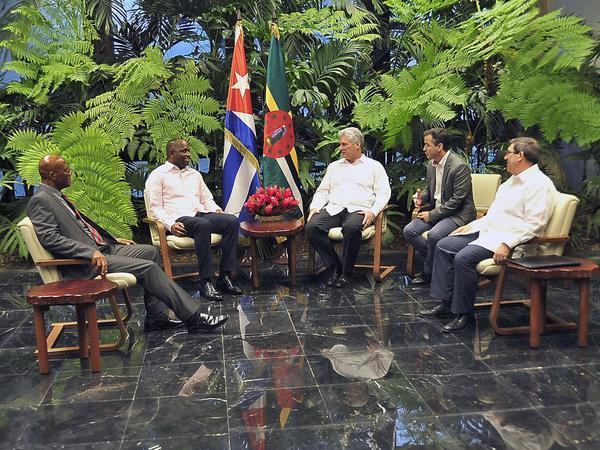 Miguel Díaz-Canel Bermúdez (C der.), presidente de los Consejos de Estado y de Ministros de Cuba, recibe a Roosevelt Skerrit (C izq.), primer ministro de Dominica, en el Palacio de la Revolución, en La Habana, el 3 de junio de 2018. ACN FOTO/ Geovani FERNÁNDEZ NEVOT/ Estudios Revolución