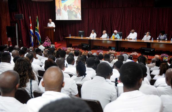 Luis Alberto Pichs García (I), rector de la Universidad de Ciencias Médicas de La Habana, interviene en el acto conmemorativo por el centenario del natalicio de Nelson Mandela, líder histórico del pueblo sudafricano, efectuado en la facultad preparatoria de Cojímar, Cuba, el 4 de julio de 2018. ACN FOTO/Omara GARCÍA MEDEROS