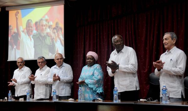 Salvador Valdés Mesa (segundo derecha), miembro del Buró Político del Partido Comunista de Cuba (PCC) y primer vicepresidente de los Consejos de Estado y de Ministros, preside el acto conmemorativo por el centenario del natalicio de Nelson Mandela, líder histórico del pueblo sudafricano, efectuado en la facultad preparatoria de Cojímar, en La Habana, Cuba, el 4 de julio de 2018. ACN FOTO/Omara GARCÍA MEDEROS
