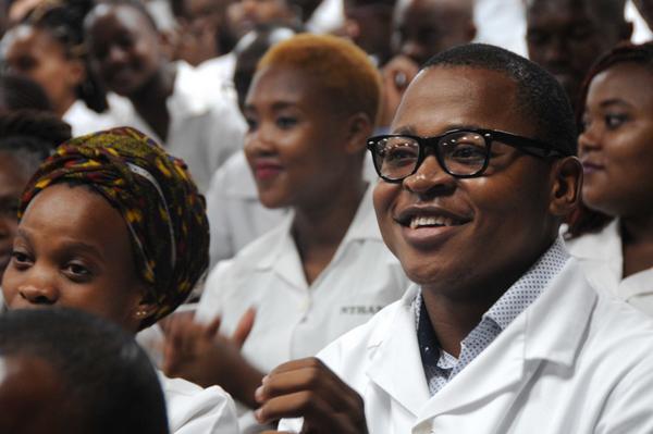 Jóvenes sudafricanos, graduados como profesionales de la salud en Cuba, en el acto conmemorativo por el centenario del natalicio de Nelson Mandela, líder histórico del pueblo sudafricano, efectuado en la facultad preparatoria de Cojímar, en La Habana, el 4 de julio de 2018. ACN FOTO/Omara GARCÍA MEDEROS