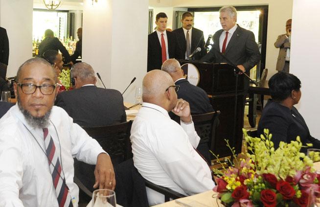 Miguel Díaz-Canel Bermúdez (en el podio), presidente de los Consejos de Estado y de Ministros de Cuba, compartió con representantes de las naciones Caribeñas que participan en la 39 Reunión Regular de la Conferencia de Jefes de Gobierno de la Comunidad del Caribe (Caricom), en el hotel Half Moon, en Montego Bay, el 5 de julio de 2018. ACN FOTO/Estudios Revolución