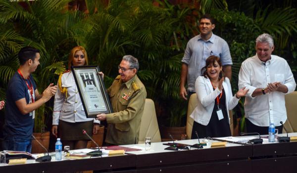 El General de Ejército Raúl Castro Ruz (centro izq.), Primer Secretario del Comité Central del Partido Comunista de Cuba (CC PCC), recibe el Premio Alma Mater de manos de Raúl Alejandro Palmero Fernández (I), presidente ratificado de la Federación Estudiantil Universitaria (FEU), durante la Sesión Plenaria del IX Congreso de la FEU, en el Palacio de Convenciones de La Habana, el 8 de julio de 2018. ACN FOTO/ Abel PADRÓN PADILLA
