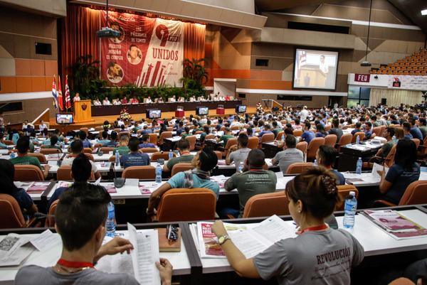 Universitarios cubanos entregan premio Alma Máter a Raúl Castro