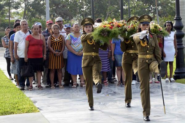 Ofrenda floral a nombre del Pueblo de Cuba, es conducida por soldados de la Unidad Militar 1953, hacia la tumba donde descansan los restos de la Madre de la Patria, Mariana Grajales, en el corredor patrimonial central del cementerio Santa Ifigenia de Santiago de Cuba, el 12 de julio de 2018, con motivo del aniversario 203 de su natalicio. ACN FOTO/Miguel RUBIERA JUSTIZ