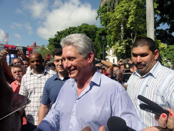 Miguel Díaz-Canel Bermúdez, Presidente de los Consejos de Estado y de Ministros, saludó al pueblo de la ciudad de Matanzas, en el Parque de la Libertad. Matanzas, Cuba, el 12 de julio de 2018. ACN FOTO/Yenli LEMUS DOMÍNGUEZ