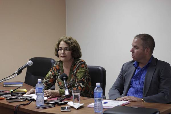 Marta Orama (I), Viceministra de Transporte, y Vladimir Regueiro (D), director de Política Fiscal del Ministerio de Finanzas y Precios, ofrecen conferencia de prensa sobre las nuevas disposiciones para transportistas privados en la provincia, en La Habana, Cuba, el 12 de julio de 2018. ACN FOTO/ Alejandro RODRÍGUEZ LEIVA