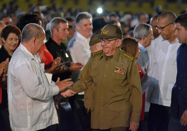 El General de Ejército Raúl Castro (C), Primer Secretario del Partido Comunista de Cuba (PCC), en la Ciudad Escolar 26 de Julio para participar del acto nacional por el aniversario 65 del asalto a los cuarteles Moncada y Carlos Manuel de Céspedes, en Santiago de Cuba, el 26 de julio de 2018. ACN FOTO/Juan PABLO CARRERAS