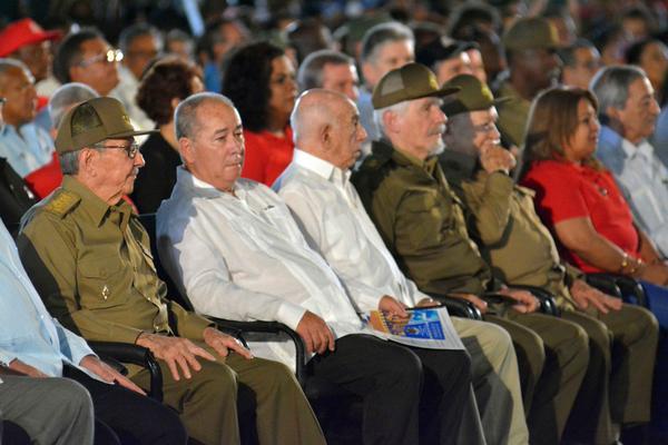 El General de Ejército Raúl Castro (segundo de der. a izq.), Primer Secretario del Partido Comunista de Cuba (PCC), junto al dirigentes del Partido y Gobierno, en el acto nacional por el aniversario 65 del asalto a los cuarteles Moncada y Carlos Manuel de Céspedes, en la Ciudad Escolar 26 de Julio, en Santiago de Cuba, el 26 de julio de 2018. ACN FOTO/Juan PABLO CARRERAS