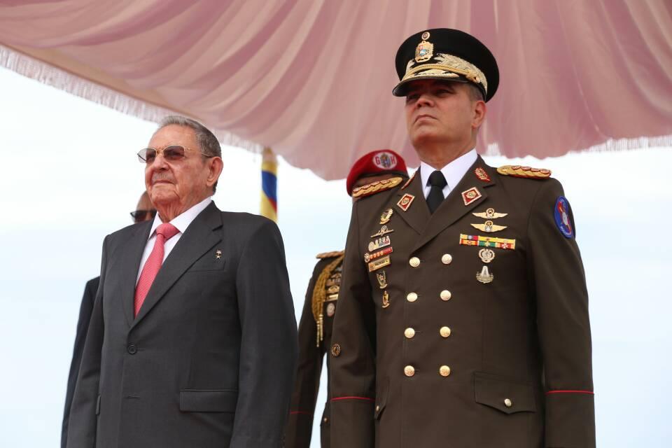 Presidente de Cuba, Raúl Castro, es recibido por el Ministro de la Defensa, Padrino López