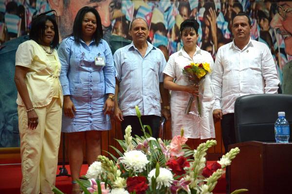 Julio César Estupiñan Rodríguez (D) y Carmen Gertrudis Bejerano Tamayo (segunda de der. a izq.) resultaron electos como Presidente y Vicepresidente, respectivamente, de la Asamblea Provincial del Poder Popular, durante la sesión de constitución de ese órgano de Gobierno para el XI Período de Mandato, efetuada en el Teatro Celia Sánchez Manduley, de la ciudad de Holguín, Cuba, el 25 de marzo de 2018. ACN FOTO/Juan Pablo CARRERAS/