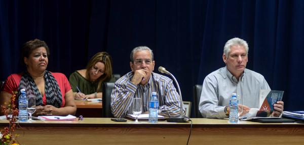 Miguel Díaz-Canel Bermúdez (D), Primer Vicepresidente de los Consejos de Estado y de Ministros, Olga Lidia Tapia Iglesias (I), miembro del Secretariado del Comité Central del Partido Comunista de Cuba (CC PCC), y jefa del Departamento de Educación, Deportes y Ciencia del CC PCC, y José Ramón Saborido Loidi (C), Ministro de Educación Superior (MES), durante el Balance de ese ministerio en el 2017, realizado en la sede del MES, en La Habana, Cuba, el 26 de marzo de 2018. ACN FOTO/ Abel PADRÓN PADILLA