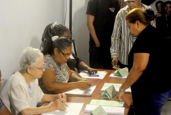 Teresa Amarelle Boué (D), miembro del Buró Político del Comité Central del Partido Comunista de Cuba y secretaria general de la Federación de Mujeres Cubana (FMC), en el Colegio electoral No.3, de la circunscripción 3, Distrito 2 del municipio Playa, para ejercer su derecho al voto de los delegados a la Asamblea Provincial y los diputados a la Asamblea Nacional del Poder Popular. La Habana, el 11 de marzo de 2018. ACN FOTO/Oriol de la Cruz ATENCIO