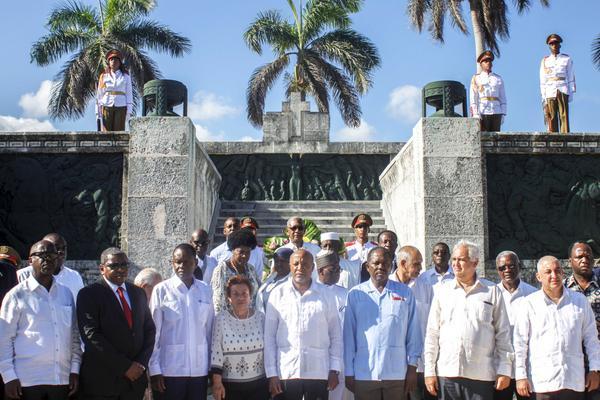 El vicepresidente de la República de Namibia, Nangolo Mbumba (C), y la delegación que le acompaña, junto a la Generala de Brigada Delsa Esther (Teté) Puebla Viltre, vicepresidenta de la Asociación de Combatientes de la Revolución Cubana, depositaron una ofrenda floral en homenaje a los combatientes cubanos caídos en África, en el Panteón de los Veteranos de la Guerra de Independencia, en la Necrópolis Cristóbal Colón, en La Habana, Cuba, el 4 de mayo de 2018. ACN FOTO/Ariel LEY ROYERO