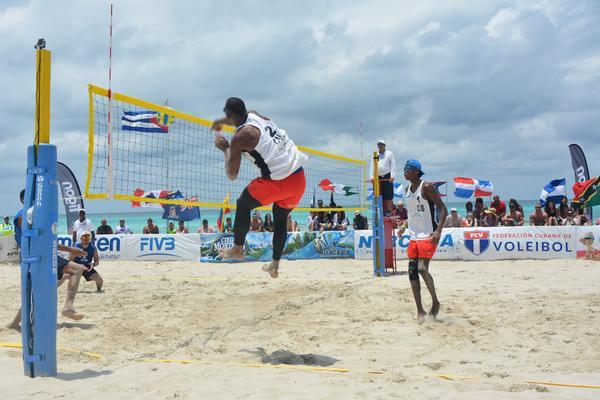 Dupla cubana de Voleibol de playa en partido semifinal de torneo clasificatorio del área