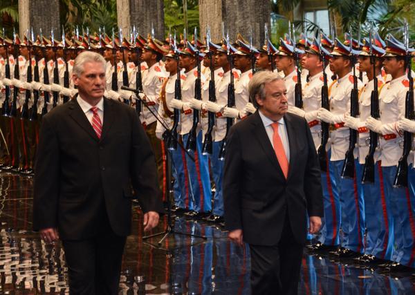 Miguel Díaz-Canel Bermúdez (I), Presidente de los Consejos de Estado y de Ministros de Cuba, recibe a António Guterres, secretario general de la Organización de Naciones Unidas (ONU), en el Palacio de la Revolución, en La Habana, Cuba, el 7 de mayo de 2018. ACN FOTO/Marcelino VÁZQUEZ HERNÁNDEZ