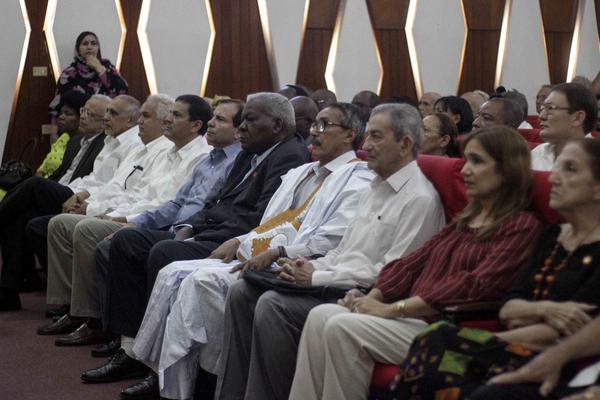 Esteban Lazo Hernández (C), miembro del Buró Político del Partido Comunista de Cuba y presidente de la Asamblea Nacional del Poder Popular, y Jatri Adduh (C der.), presidente del Consejo de la República Árabe Saharaui Democrática y miembro del Consejo Permanente del Frente Polisario, presiden el acto por el aniversario 45 del Frente Polisario, efectuado en el teatro del Ministerio de Comunicaciones, en La Habana, Cuba, el 9 de mayo de 2018. ACN FOTO/Alejandro RODRÍGUEZ LEIVA