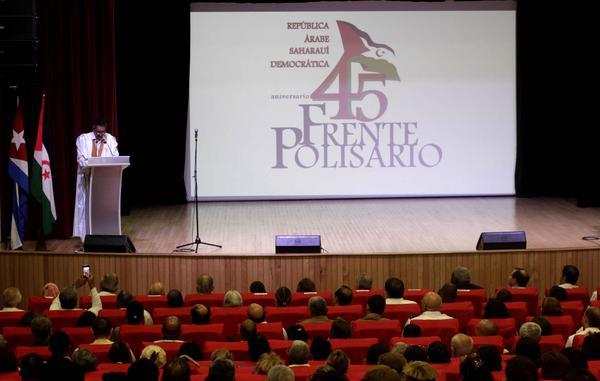 Jatri Adduh (en el podio), presidente del Consejo de la República Árabe Saharaui Democrática y miembro del Consejo Permanente del Frente Polisario, durante su intervención en el acto por el aniversario 45 del Frente Polisario, efectuado en el teatro del Ministerio de Comunicaciones, en La Habana, Cuba, el 9 de mayo de 2018. ACN FOTO/Alejandro RODRÍGUEZ LEIVA