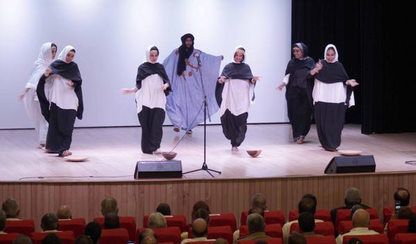Estudiantes sarahuíes, de la Escuela Latinoamericana de Medicina (ELAM), interpretan una danza tradicional de su país en el acto por el aniversario 45 del Frente Polisario, efectuado en el teatro del Ministerio de Comunicaciones, en La Habana, Cuba, el 9 de mayo de 2018. ACN FOTO/Alejandro RODRÍGUEZ LEIVA