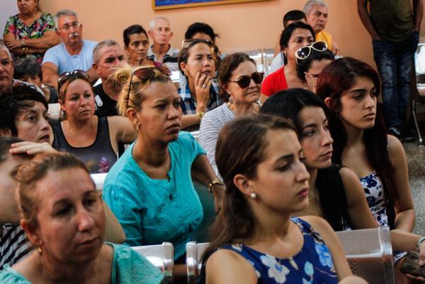 Reciben información familiares sobre el estado de los pasajeros accidentados, del vuelo de Cubana de Aviación, DMJ 0972 Habana-Holguín, en el Hospital General Calixto García, en La Habana, el 19 de mayo de 2018. ACN FOTO/ Ariel LEY ROLLERO