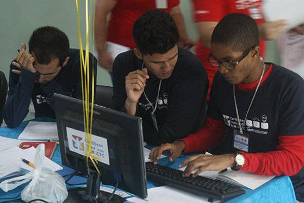Des jeunes hommes cubains participent au concours de programmation à l'UCI