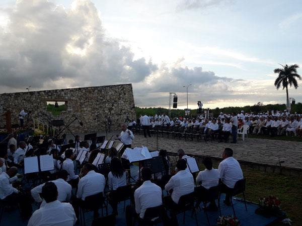 Con la presencia de Raúl Castro, Primer Secretario del Comité Central del Partido Comunista de Cuba, y Miguel Díaz-Canel, Presidente de los Consejos de Estado y de Ministros, comenzó, hace apenas unos minutos, en este Altar Sagrado de la Patria, el acto por el aniversario 150 del inicio de la primera guerra anticolonialista, antiesclavista y por la libertad en Cuba.