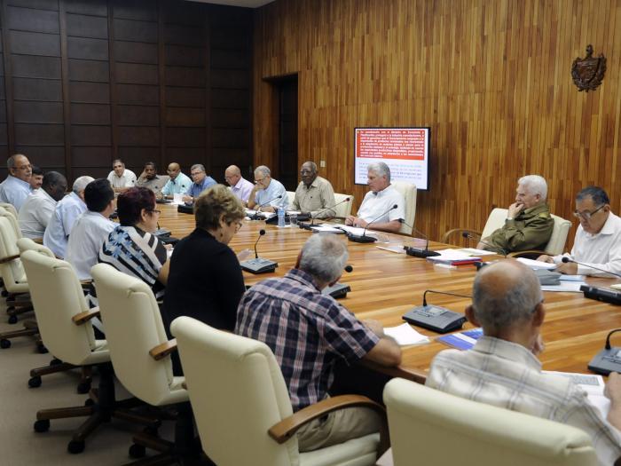 Examina presidente cubano programas industrial, azucarero y energético