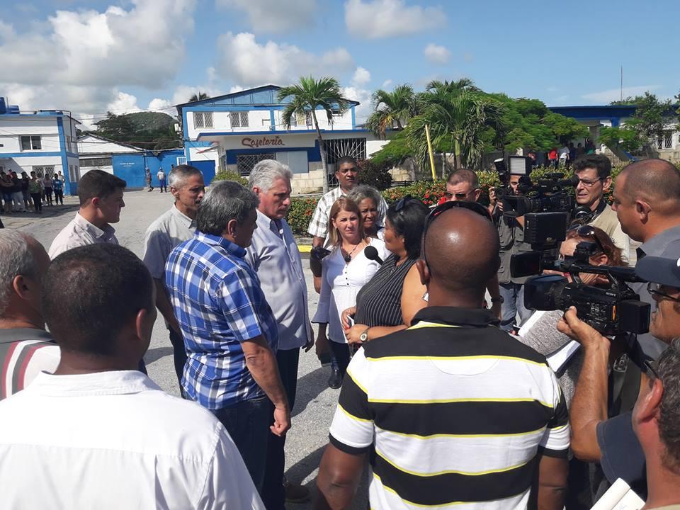En la Pesquera de la Isla de la Juventud el presidente cubano intercambia sobre la producción y el aporte al balance nacional y la situación de las especies marinas.