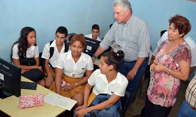 Miguel Díaz-Canel Bermúdez (C), Presidente de los Consejos de Estado y de Ministros, y Ena Elsa Velázquez Cobiella (D), Ministra de Educación, durante la visita a la Escuela Secundaria Básica Urbana López Recio Loynaz, en el municipio Florida, en Camagüey, el 18 de octubre de 2018.
