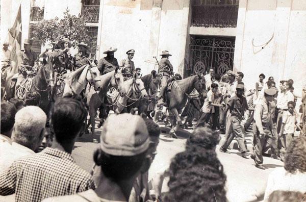 El Comandante Camilo Cienfuegos Gorriarán (centro izq.), al frente de la Caballería Campesina, que participó en el Acto Central Nacional por el VI Aniversario del 26 de Julio, a su paso por la Atenas de Cuba, el 25 de julio de 1959, en Matanzas, 26 de octubre de 2018. ACN FOTO/ Fotocopia