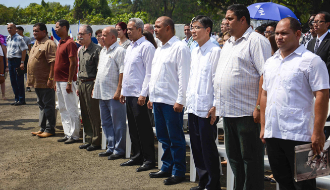 Ceremonia de entrega de nuevos camiones colectores de basura donados por Japón, en la Unidad de Servicios Comunales de La Habana, Cuba, el 1 de abril de 2019.