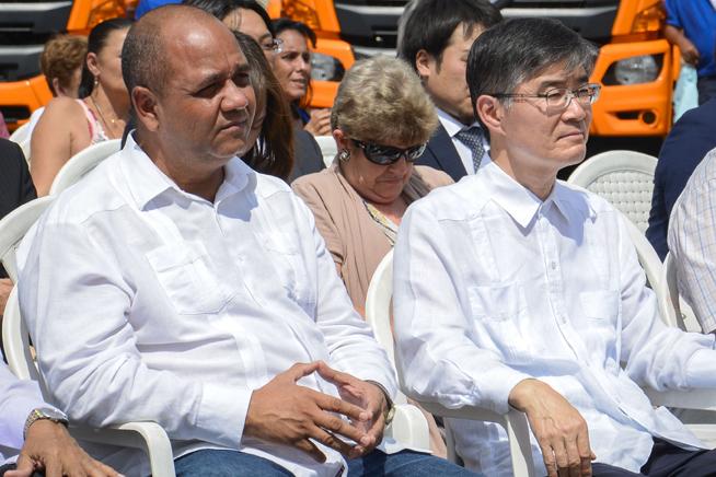 Reynaldo García Zapata (I), presidente de la Asamblea Provincial del Poder Popular, y Kazuhiro Fujimura (D), Embajador Extraordinario y Plenipotenciario de Japón en Cuba, asisten a la ceremonia de entrega de nuevos camiones colectores de basura donados por Japón, en la Unidad de Servicios Comunales de La Habana, el 1 de abril de 2019.