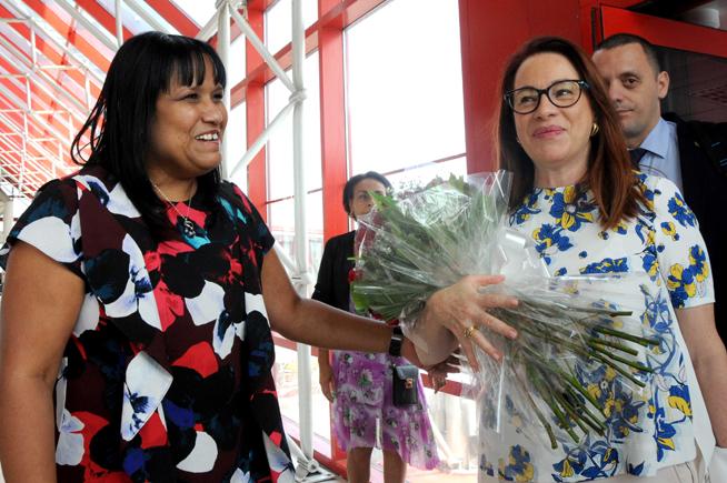 María Fernanda Espinosa (D), Presidenta de la Asamblea General de Naciones Unidas, es recibida por Anayansi Rodríguez (I), viceministra de Relaciones Exteriores de Cuba, a su llegada a La Habana, por la terminal 3 de aeropuerto internacional José Martí, el 3 de abril de 2019.