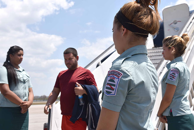 Repatriados cubanos, provenientes de México, a su llegada al Aeropuerto Internacional José Martí, en La Habana, Cuba, el 17 de abril de 2019. ACN FOTO